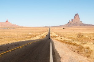 This is what a 15km straight road looks like. It's a serious mental challenge. Darting across the desert landscape for Monument Valley. Kayenta, AZ, USA